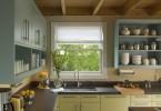 Двухцветный кухонный гарнитур: жёлтые нижние ящики и зелёные - верхние