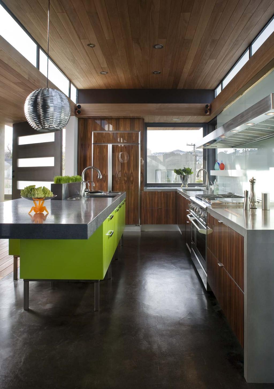 Кухонный остров ярко салатового цвета в интерьере кухни из натурального дерева