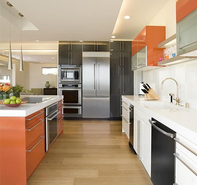 Кухонные шкафы и остров оранжевого цвета