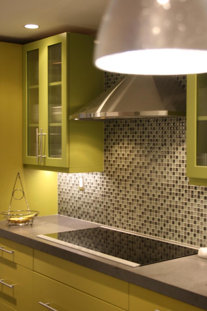 Дизайн интерьера кухни в светло-зелёной гамме