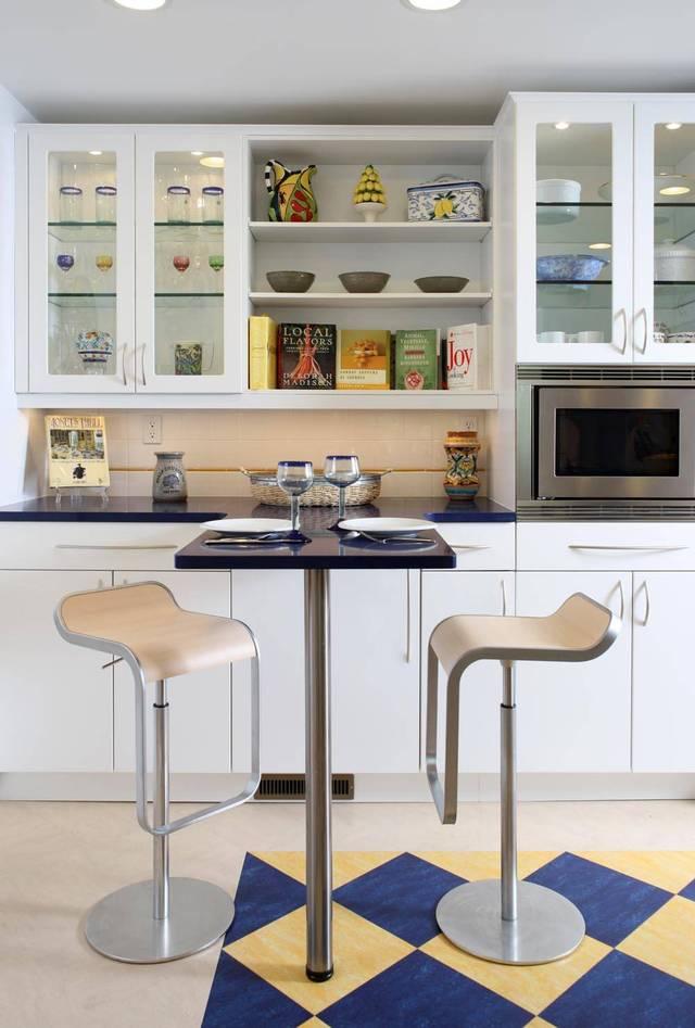 Кухни со стеклянными фасадами в сочетании с барными столиком и стульями