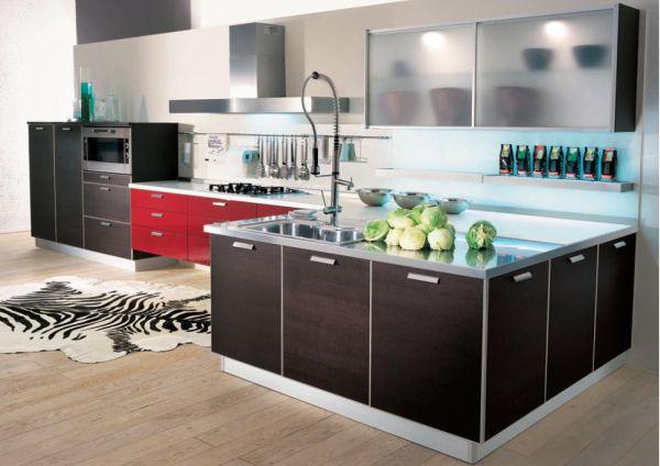 Красная мебель и черный остров на кухне