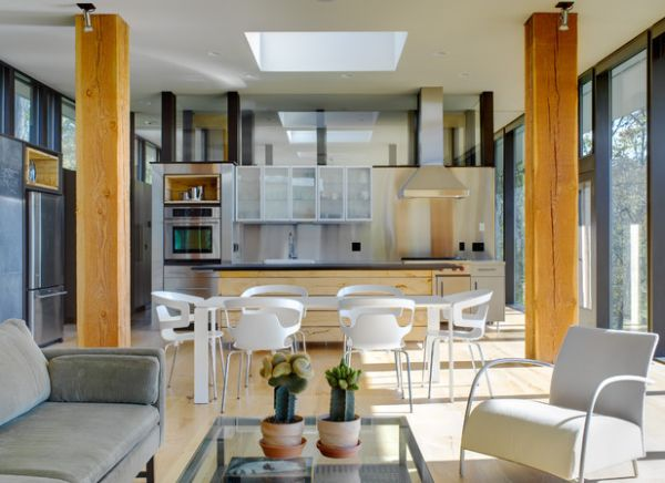 Белый стол со стульями на кухне