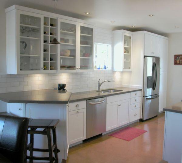 Белая мебель на кухне со стеклянными фасадами