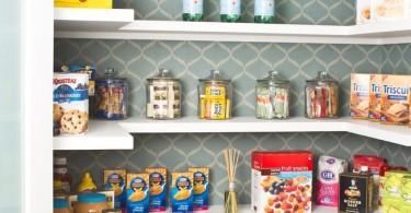 Кладовка с открытыми полками со специями и сыпучими продуктами