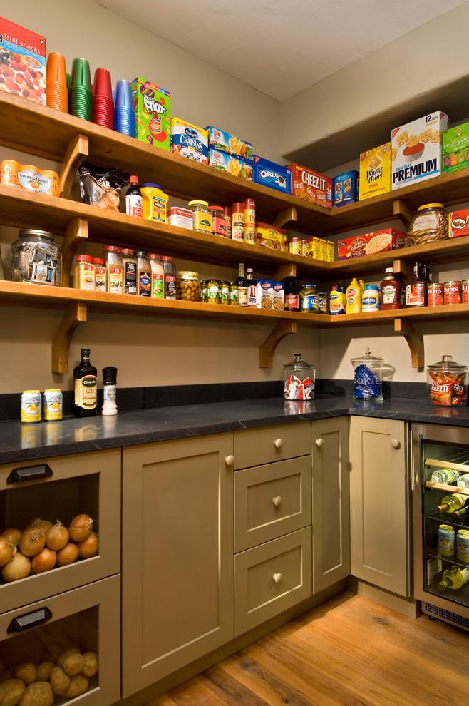 Оригинальный дизайн открытых полок для хранения продуктов в интерьере кухни от Witt Construction