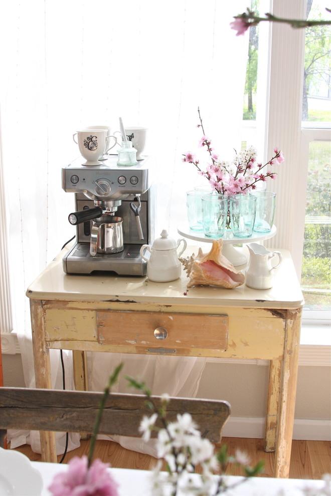 Современная кофемашина на винтажном деревянном столике