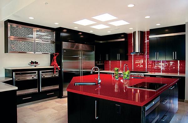 Дизайн интерьера кухни в чёрном цвете с красной глянцевой столешницей