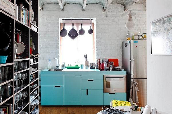 Бирюзовые шкафы на кухне