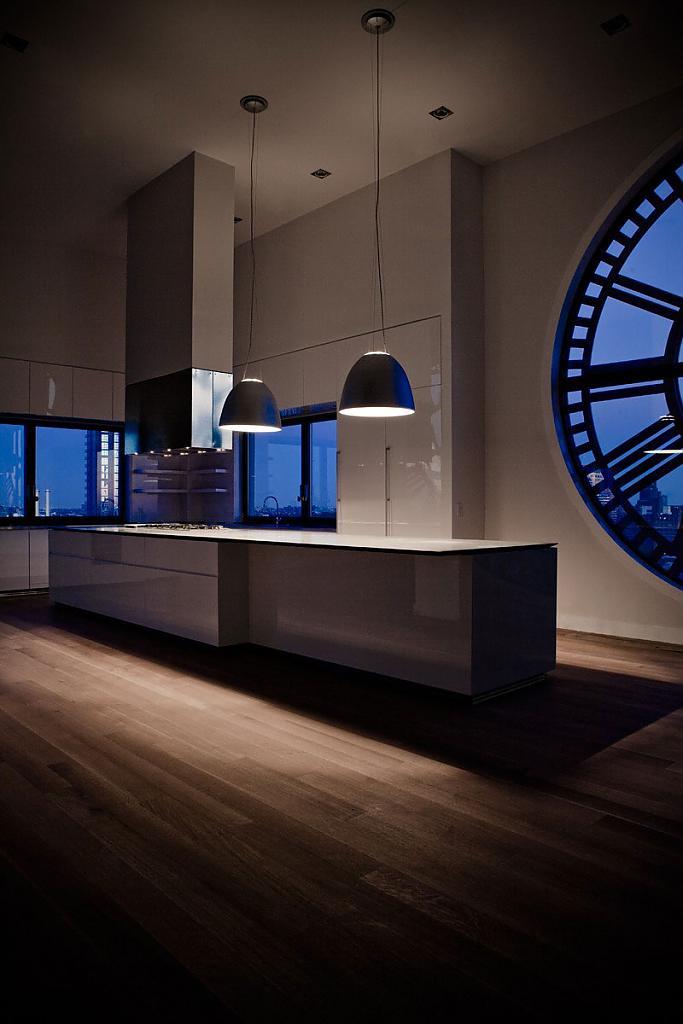 Восхитительная белоснежная кухня в нью-йоркской башне с часами