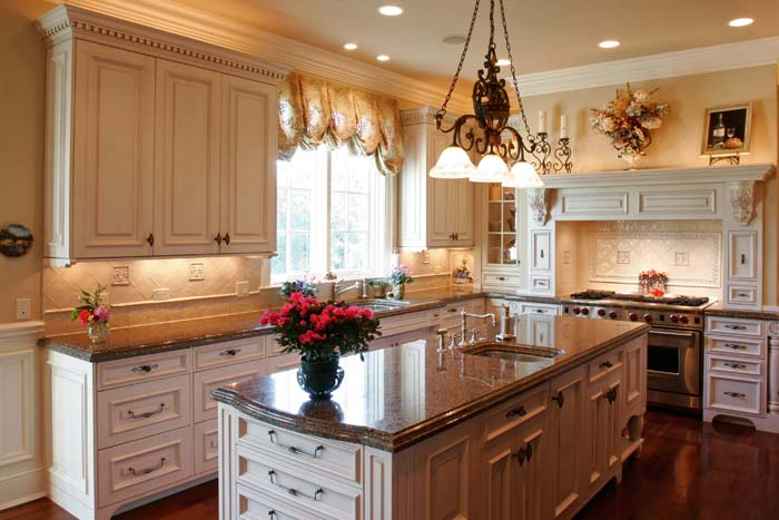 Стильный дизайн оконных штор в интерьере кухни