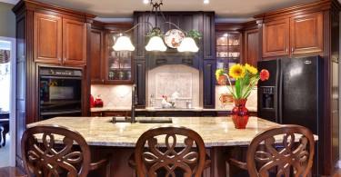 Встроенная техника тёмного цвета в нтерьере кухни отTuran Designs, Inc.