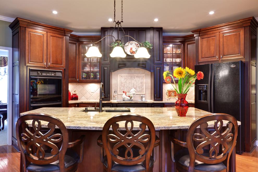 Встроенная техника тёмного цвета в интерьере кухни отTuran Designs, Inc.