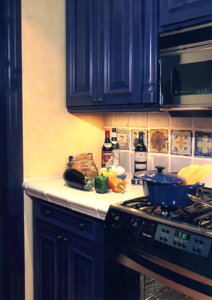 Встроенная техника тёмного цвета в интерьере кухни от RAFAEL DAVILA