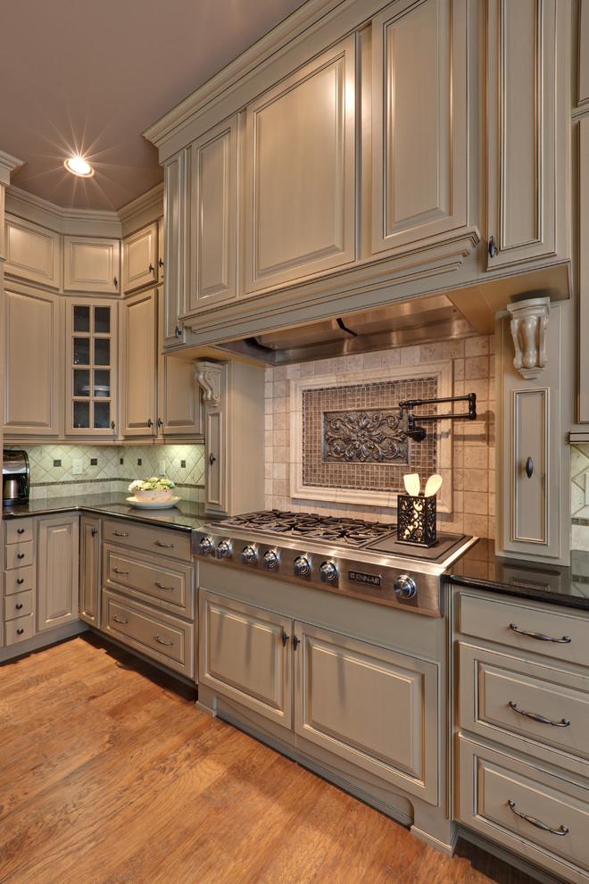 Оригинальный дизайн фартука в интерьере кухни от  Turan Designs, Inc.