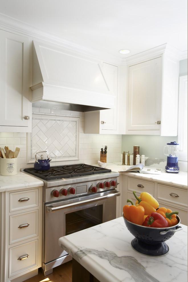 Плитка  «метро»,  выложенная «ёлочкой» на кухонном фартуке от Mahoney Architects & Interiors
