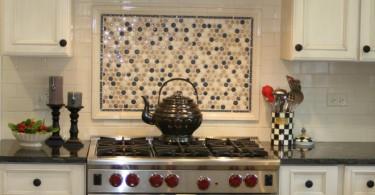 Оригинальный дизайн фартука в интерьере кухни от The Kitchen Studio of Glen Ellyn