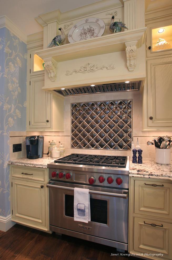 Оригинальный дизайн фартука в интерьере кухни от  Rob Kane - Kitchen Interiors Inc.