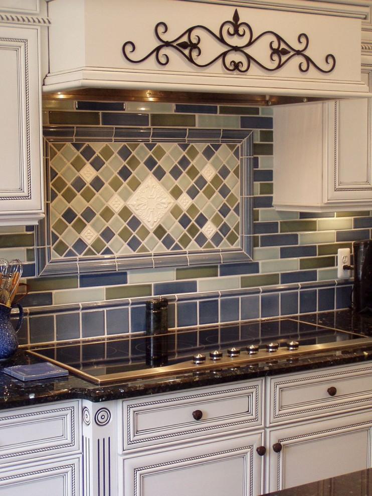 Оригинальный дизайн фартука в интерьере кухни от  Robin Rigby Fisher CMKBD/CAPS