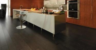 Паркетный пол тёмного дерева в интерьере кухни
