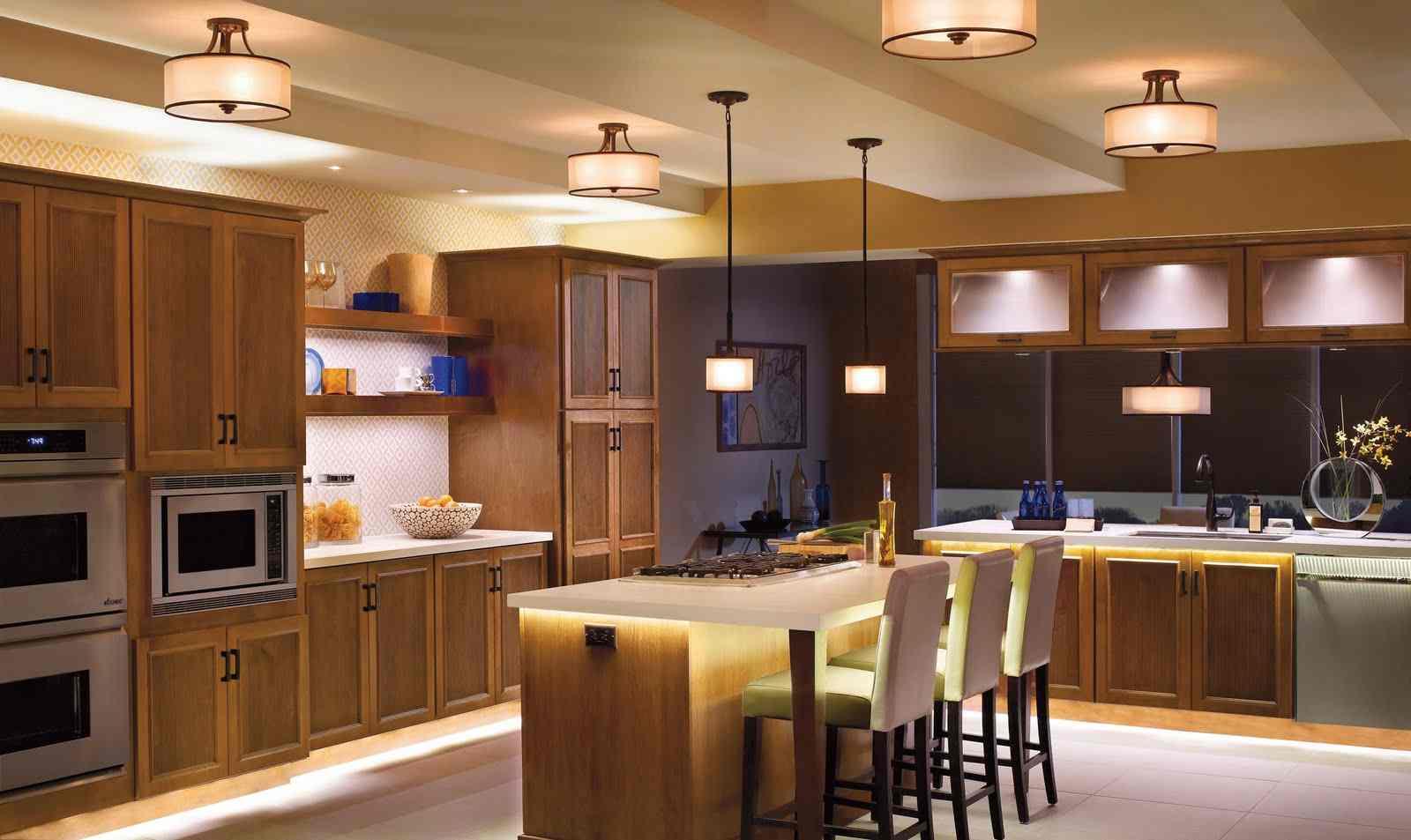 Amerikanische Küche mit der Größe und Möbeln
