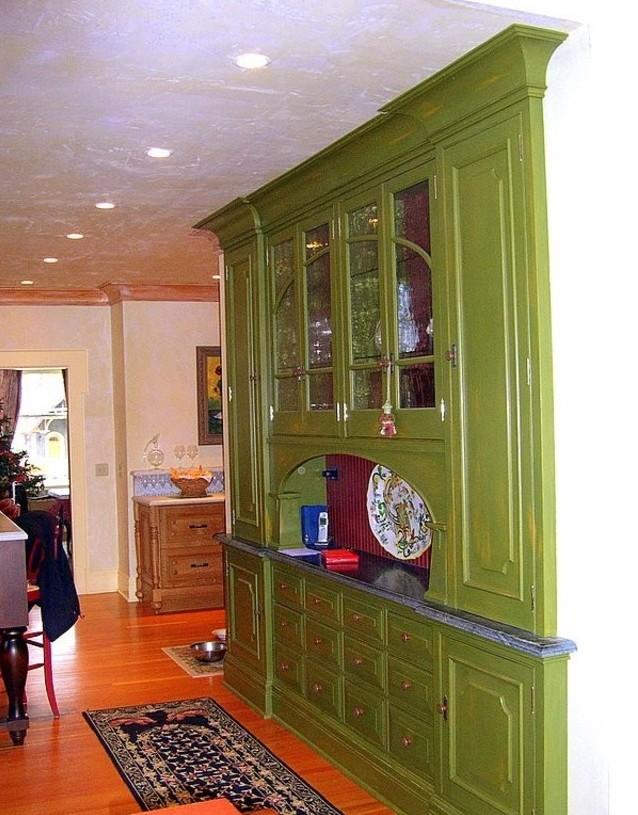 Зелёный гарнитур в интерьере классической кухни