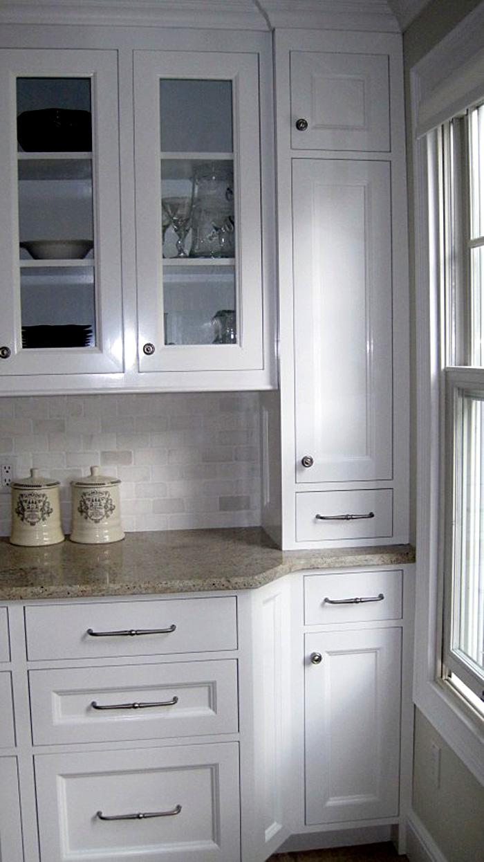 Винтажный кухонный буфет в белой гамме