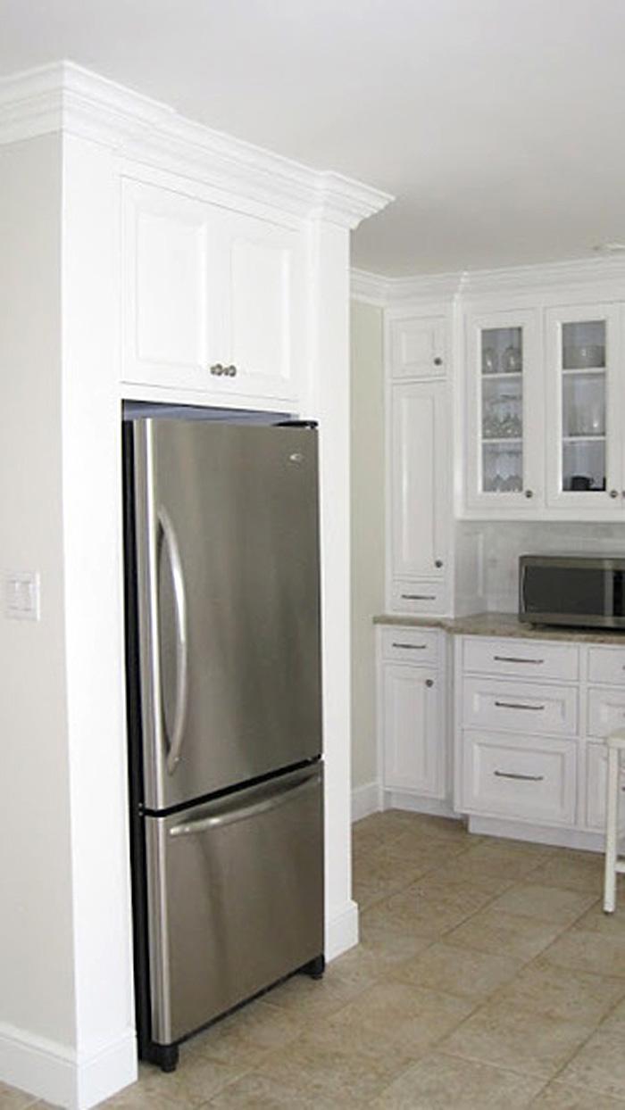 Холодильник из нержавеющей стали в специальной нише