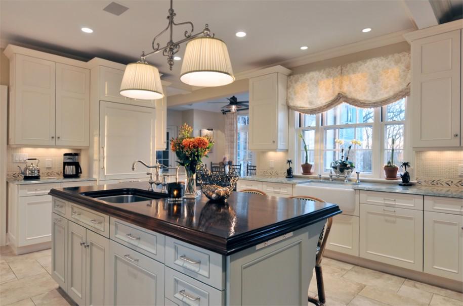 Роскошный белый остров с чёрной столешницей в классическом дизайне кухни