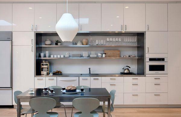 Открытые полки над раковиной в интерьере кухни