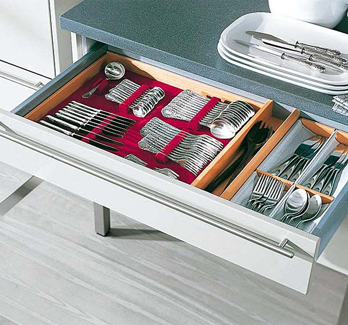 Выдвижной кухонный ящик для хранения столовых приборов
