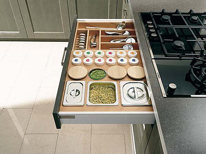 Выдвижной кухонный ящик для хранения специй и столовых приборов
