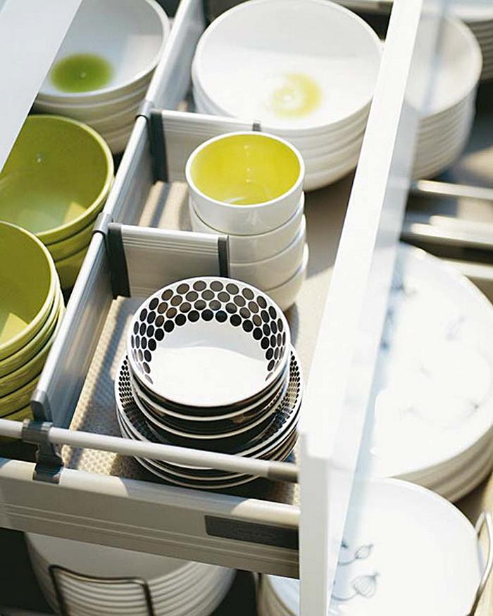 Выдвижной кухонный ящик для хранения тарелок