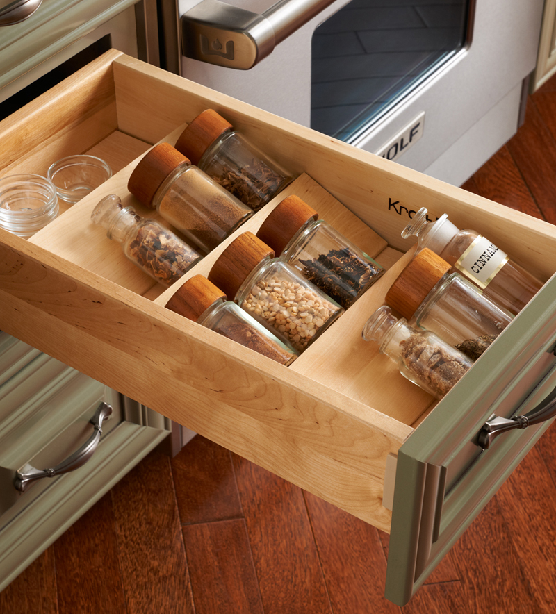 Выдвижной кухонный ящик для хранения специй