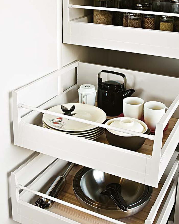 Выдвижные кухонные ящики для хранения посуды и аксессуаров