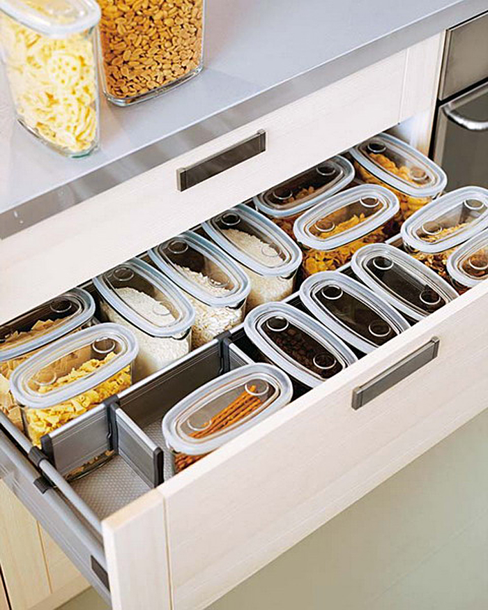 Выдвижной кухонный ящик с пластиковыми контейнерами для хранения специй