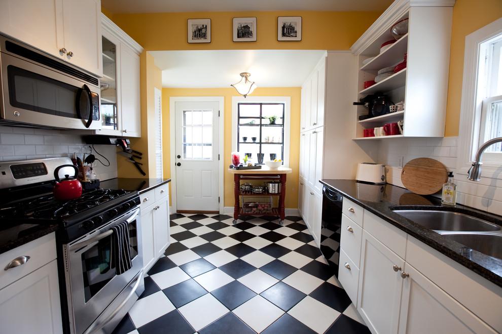 Оригинальное напольное покрытие в интерьере кухни