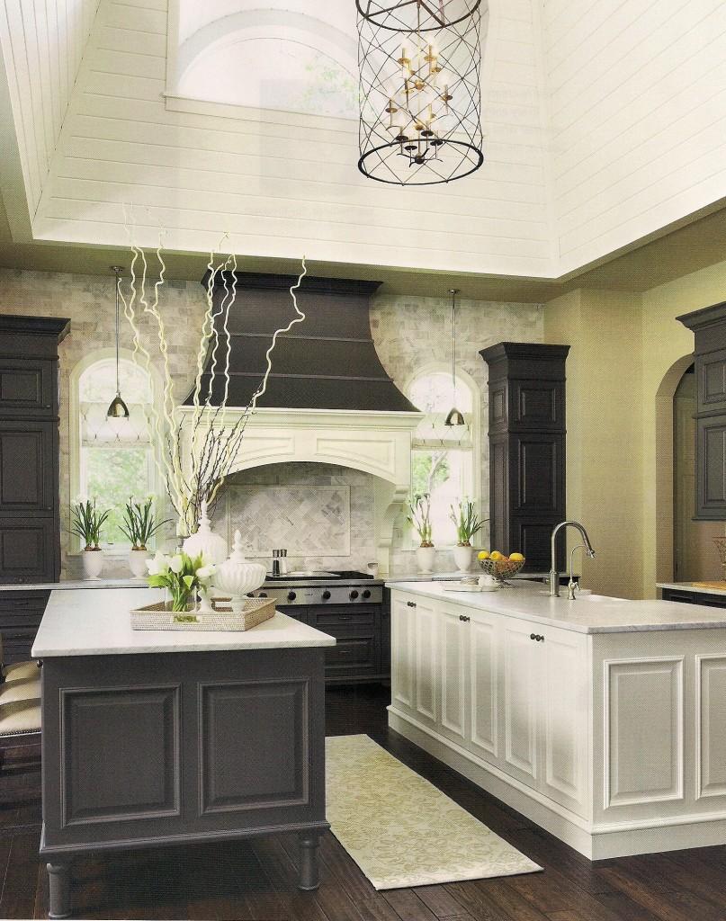 Оригинальное напольное покрытие в интерьере кухни от Martha O'Hara Interiors