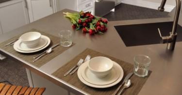 Оригинальный дизайн кухонного острова из нержавеющей стали с раковиной