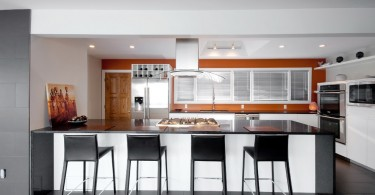 Оригинальный дизайн интерьера кухни в красно-белой гамме от Fifth Element Homes