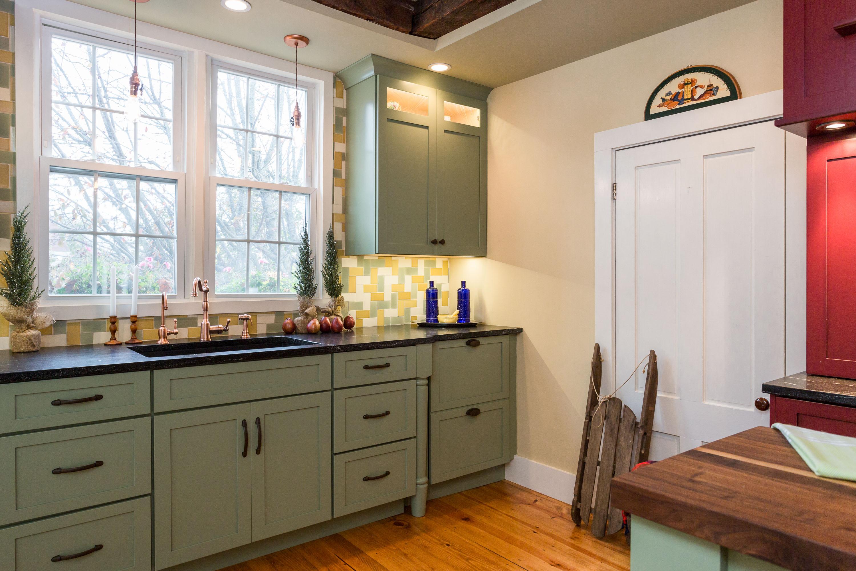 Медные краны на кухне