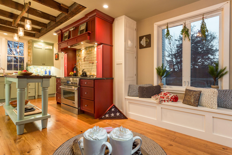 Красная кухня из дерева