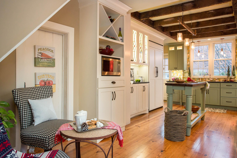 Кофейный столик и стулья на кухне