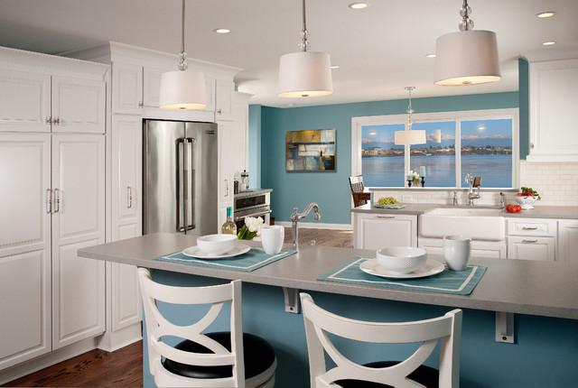 Голубые стены на кухне в сочетании с белой мебелью
