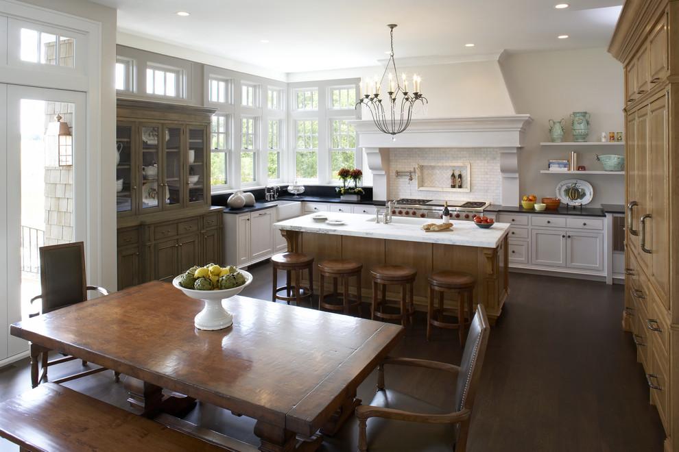Потрясающий дизайн интерьера кухни в классическом стиле от L. Cramer Builders + Remodelers