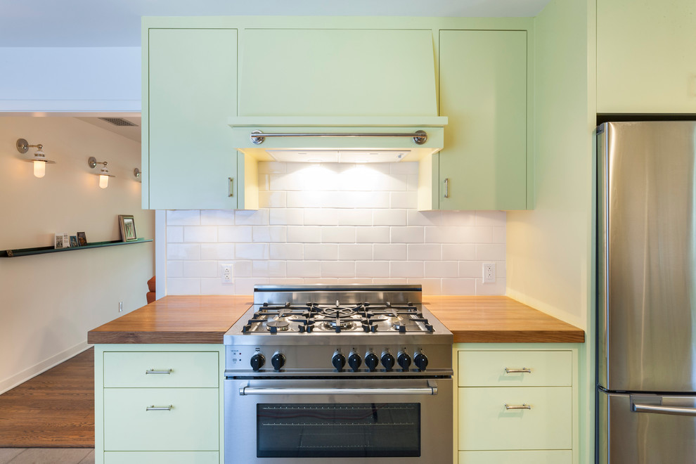 Светло-зелёный мебельный гарнитур в интерьере кухни от T.A.S Construction