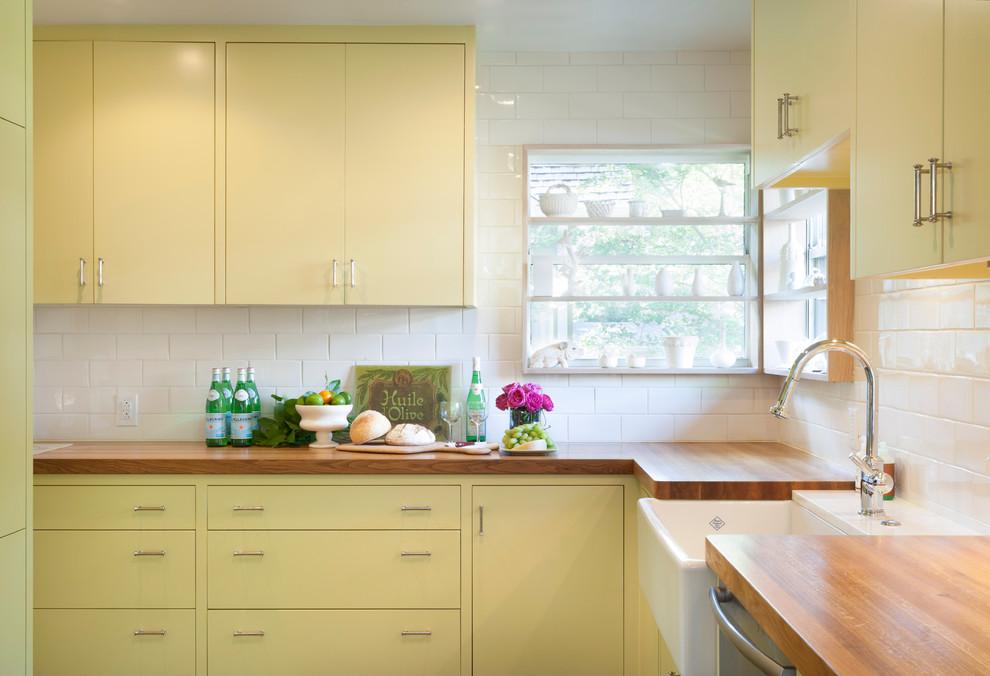Песочно-жёлтый мебельный гарнитур в интерьере кухни от T.A.S Construction