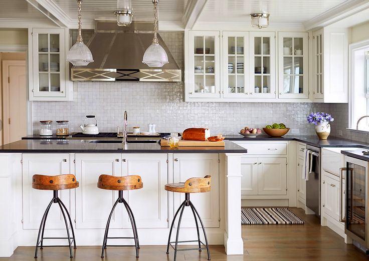 Как спланировать кухню. Навесные шкафы со стеклянными дверцами в интерьере кухни