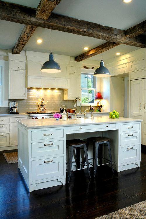 Деревянные балки на кухонном потолке