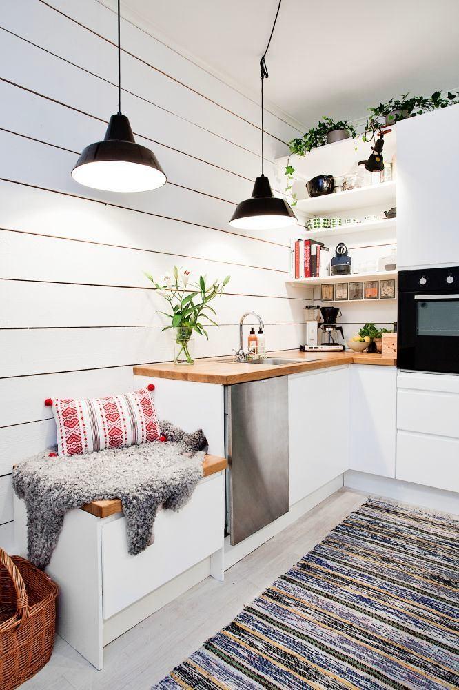 Уютный уголок со скамьей-ящиком на кухне